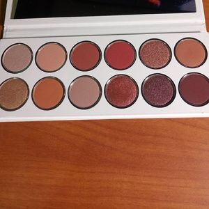 Burgundy Extended palette by Kylie Cosmetics